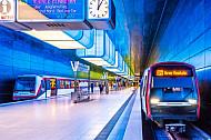 Zwei U-Bahn-Züge der Typen DT4 und DT5 in der Haltestelle HafenCity Universität in Hamburg