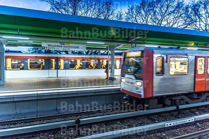 Zwei U-Bahn-Züge der Typen DT4 und DT3 an der Haltestelle Wandsbek-Gartenstadt in Hamburg