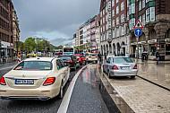 Stau am Stephansplatz in Hamburg - Radfahrer haben auf einer eigenen Spur freie Fahrt