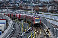 Eine U-Bahn der Linie U4 taucht an den Elbbrücken in Hamburg aus einem Tunnel auf
