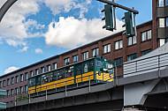 Ein historischer U-Bahnzug vom Typ T auf einem Viadukt auf der Linie U3 an einer Ampel in Hamburg