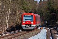 S-Bahn im Schnee im Bahnhof Klein Flottbek in Hamburg