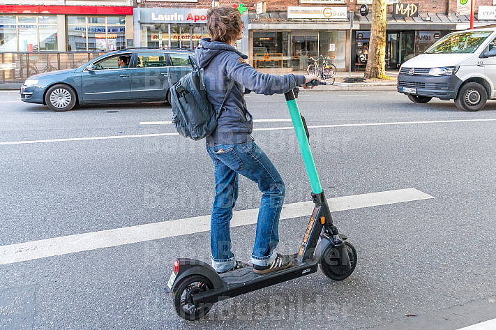 Eine E-Scooter-Fahrerin in Hamburg