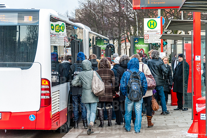 Menschen steigen am Dammtor in einen Metrobus der Linie M5