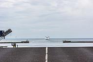 Ein Scandlines-Fährschiff der Vogelfluglinie verlässt den dänischen Hafen Rödby und quert den Fehmarnbelt.