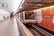U-Bahn im Bahnhof Jungfernstieg in Hamburg