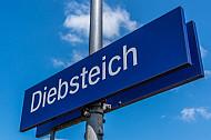 Ein Haltestellenschild am S-Bahnhof Diebsteich in Hamburg. Diese Station soll für den neuen Fernbahnhof Altona weichen
