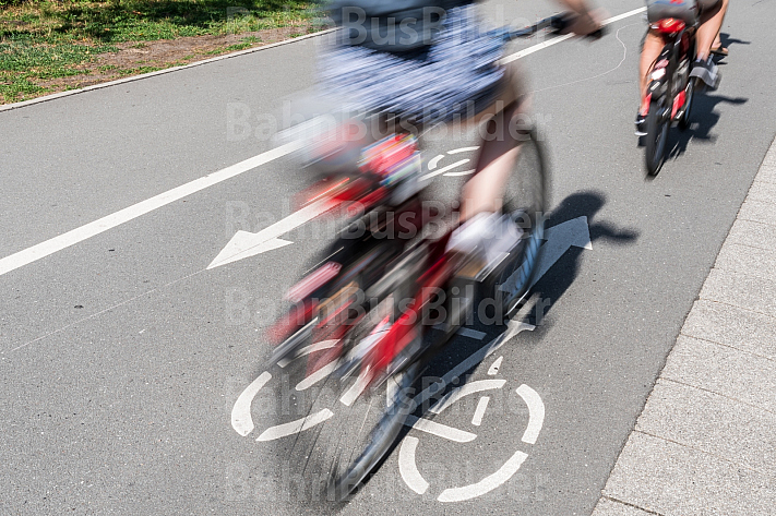 Fahrradfahrer fahren auf einem modernen Radweg in Hamburg