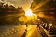 Fußgänger und Fahrradfahrer bei Sonnenuntergang auf der Schröderstiftstraße am Schlump in Hamburg