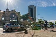 Fahrradfahrer auf einem Radweg am Dammtorbahnhof in Hamburg