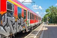 Regionalzug mit Graffiti in Wrist in Schleswig-Holstein