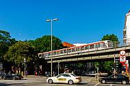 U-Bahn auf Brücke an der Hudtwalckerstraße in Hamburg
