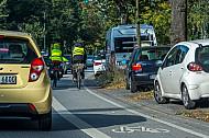 Fahrradfahrer fahren auf einer vom Autoverkehr abgetrennten Radspur in Hamburg