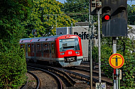 S-Bahn in Hamburg mit rotem Signal