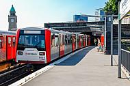 U-Bahn auf der Linie U3 an den Landungsbrücken in Hamburg