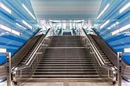 Ein Treppenaufgang in der U-Bahn-Haltestelle Überseequartier in Hamburg
