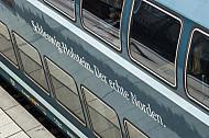 Ein Doppelstock-Elektrozug der Deutschen Bahn mit Werbung für Schleswig-Holstein