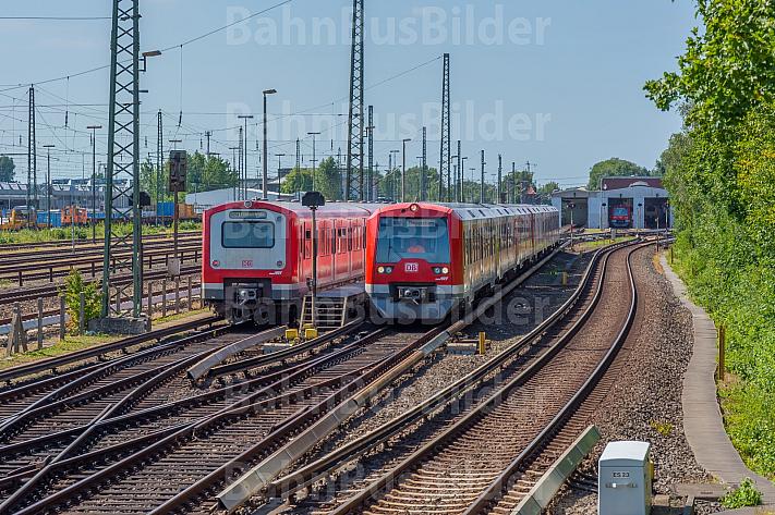 Zwei S-Bahnen der Baureihen 472 und 474 stehen vor dem S-Bahn-Betriebswerk Elbgaustraße