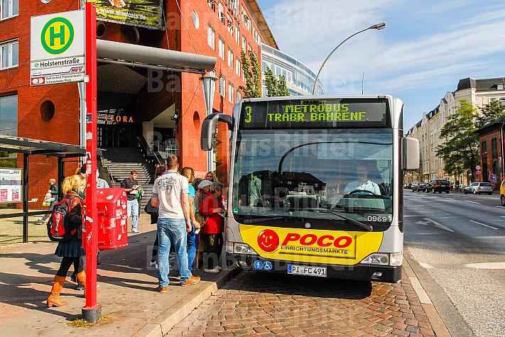 Menschen warten auf einen Metrobus der Linie M3 an der Holstenstraße
