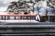 Ein U-Bahn-Zug vom Typ DT4 verlässt die Haltestelle Wandsbek-Gartenstadt in Hamburg
