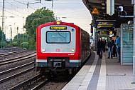S-Bahn im Winter im Bahnhof Hamburg-Eidelstedt