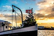 Weihnachtsbaum auf der historischen Hadag-Hafenfähre Kirchdorf