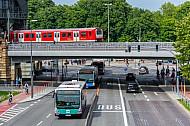 Mehrere Busse am Dammtor in Hamburg mit S-Bahn