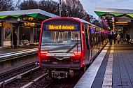 Ein U-Bahn-Zug vom Typ DT5 in der Haltestelle Wandsbek-Gartenstadt in Hamburg mit dem Hinweistext