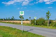 Bushaltestelle auf dem flachen Land im Sommer