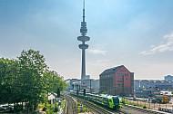 Nordbahn-Zug vor dem Hamburger Fernsehturm am Bahnhof Sternschanze