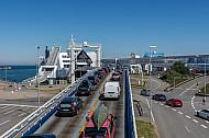 Autos fahren auf Scandlines-Fähre im Hafen von Puttgarden (Vogelfluglinie)