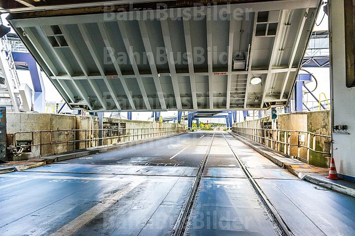 Die Eisenbahn-Fähren der Vogelfluglinie müssen milimetergenau anlegen, damit die Züge reibungslos an und von Bord rollen können.