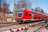 Regionalbahn nach Bad Oldesloe im Winter am Bahnübergang Claudiusstraße in Hamburg