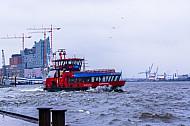 Hafenfähre Reeperbahn bei Sturm an den Landungsbrücken in Hamburg