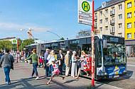 Menschen steigen in einen Bus in Hamburg