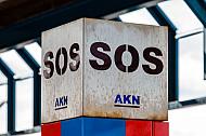 SOS-Notrufsäule an AKN-Station