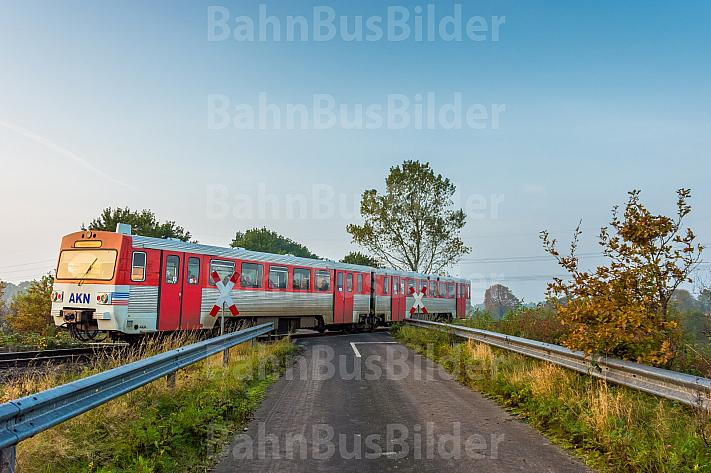 Ein AKN-Triebwagen an einem unbeschrankten Bahnübergang bei Bokholt in Schleswig-Holstein