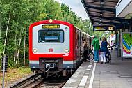Menschen steigen mit Fahrrad in S-Bahn in Hamburg