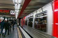 Menschen steigen aus einer U-Bahn in St. Pauli in Hamburg