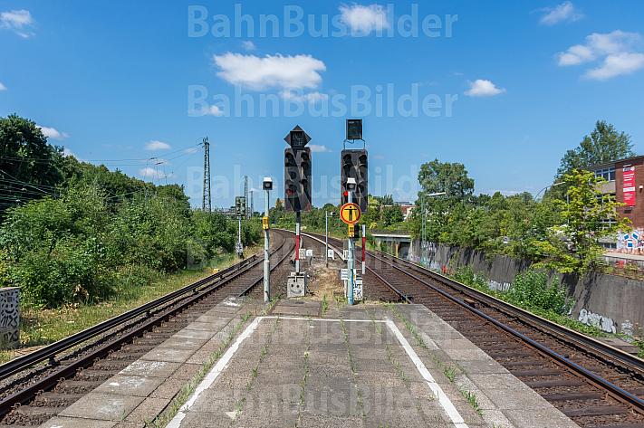 Zwei Ausfahrtsignale am S-Bahnhof Diebsteich in Hamburg. Diese Station soll für den neuen Fernbahnhof Altona weichen