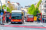 XXL-Metrobus der Linie M5 an der neu gebauten Haltestelle Universität in Hamburg