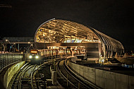 Ein U-Bahn-Zug vom Typ DT5 im neuen U-Bahnhof Elbbrücken in Hamburg