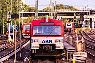 AKN-Triebwagen im S-Bahnhof Hamburg-Eidelstedt neben zwei S-Bahnen