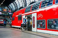 Radfahrer steigen in einen Regionalzug im Hamburger Hauptbahnhof