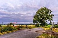 Ein unbeschrankter Bahnübergang der AKN bei Barmstedt in Schleswig-Holstein