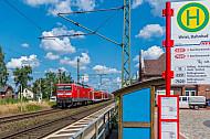 Bushaltestelle und Regionalzug in Wrist in Schleswig-Holstein