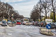 Busse und Taxen fahren in der Edmund-Siemers-Allee in Hamburg am Stau vorbei