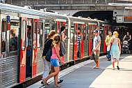 Menschen steigen an den Landungsbrücken in Hamburg aus einer U-Bahn