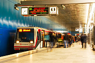 Menschen steigen in U-Bahn am Bahnhof Überseequartier in Hamburg