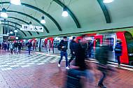 Menschen laufen über einen U-Bahnsteig am Hauptbahnhof in Hamburg